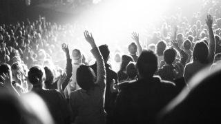 Oameni la închinare, cu mâinile ridicate spre cer - imagine preluată de pe site-ul daviddmorse.com