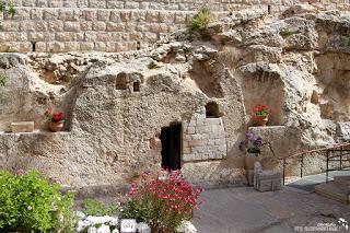 Fotografie de la începutul acestui material este preluata de pe site-ul sidroth.org din cadrul turneului 2014 din Israel. Mormântul lui Isus, care este gol. Hristos a înviat!
