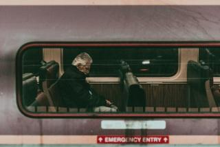 Om adormit într-un autobuz... poză de Alex Iby - preluată de pe unspash.com