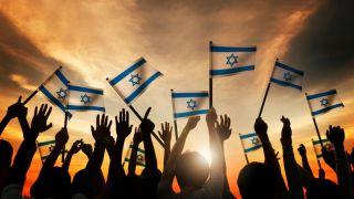 Mâini fluturând steagul Israelului - imagine preluată de pe site-ul haaretz.com