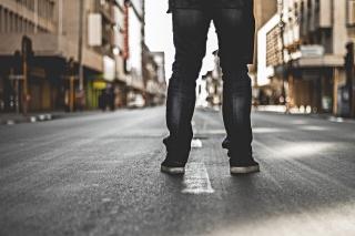 om în mijlocul drumului - foto de Christian Spies, preluat de pe unsplash.com