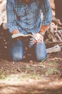 om citind Biblia pe genunchi - imagine de Ben White - unsplash.com