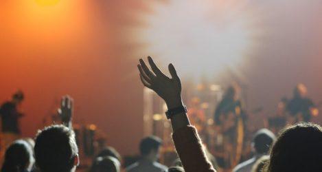 audiență din cadrul unui serviciu de închinare - imagine preluată de pe site-ul christianmediamagazine.com