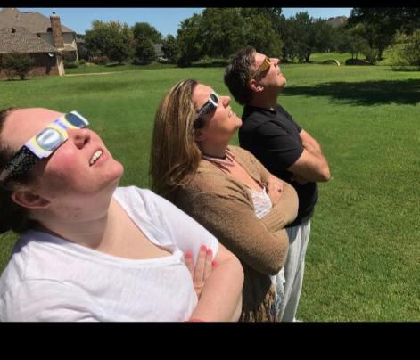 oameni care se uită la eclipsa de soare din 21 august 2017 - imagine preluată de pe facebook.com