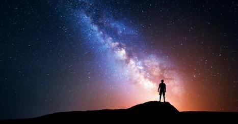 om care privește la stele - imagine preluată de pe crosswalk.com