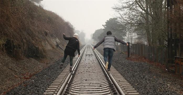 Cuplu care merge pe calea ferată - imagine de pe biblestudytools.com