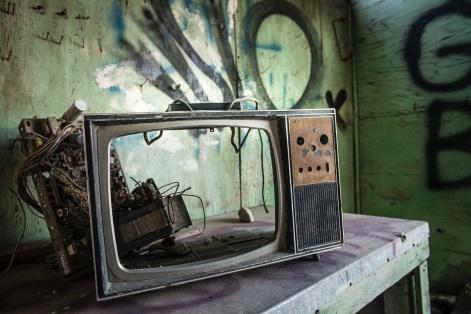 Un televizor defect - foto de Tina Rataj-Berard - unsplash.com