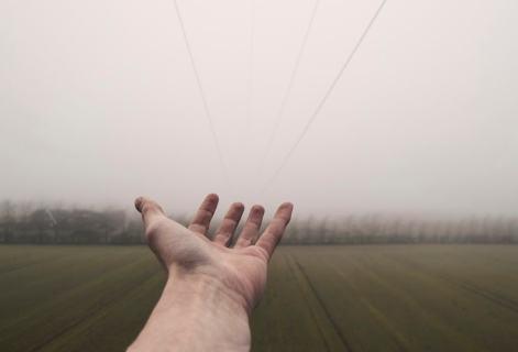 mână întinsă - foto de Daniel Jensen - unsplash.com