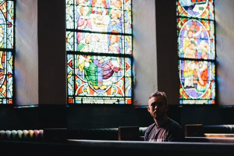 Persoană într-o biserică - foto de Karl Fredrickson - unsplash.com