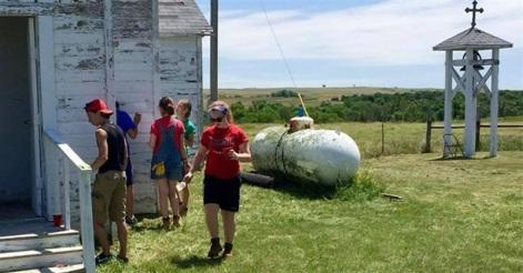 un grup de voluntari lucrează la biserica de la care a dispărut clopotul - foto de Carrie Thomas - Religion News Service