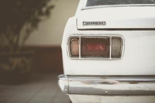 Spatele unei mașini de lux - foto de Sven Scheuermeier - unsplash.com