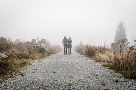 cuplu merge pe un drum cețos - foto de Sebastian Pichler - unsplash.com