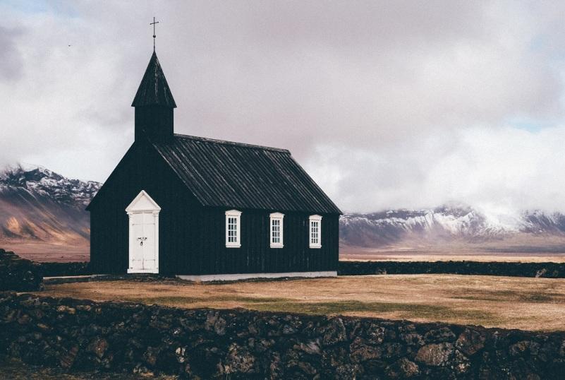 o biserică izolată - foto de Timothy Meinberg - unsplash.com